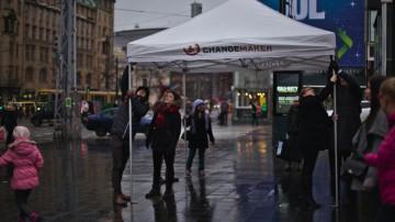 Vapaaehtoiset pystyttävät telttaa juhlapäivän kampanjatempaukseen