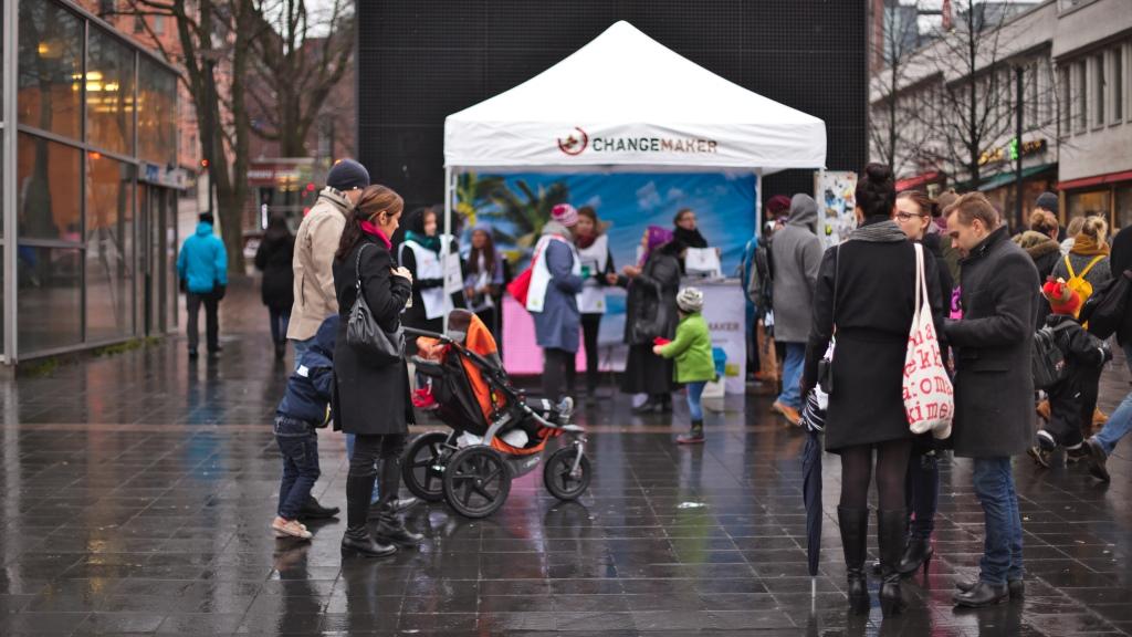 Changemakerin teltta, vapaaehtoisia ja ohikulkijoita