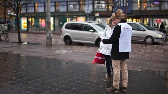 Vapaaehtoinen kertomassa kampanjasta