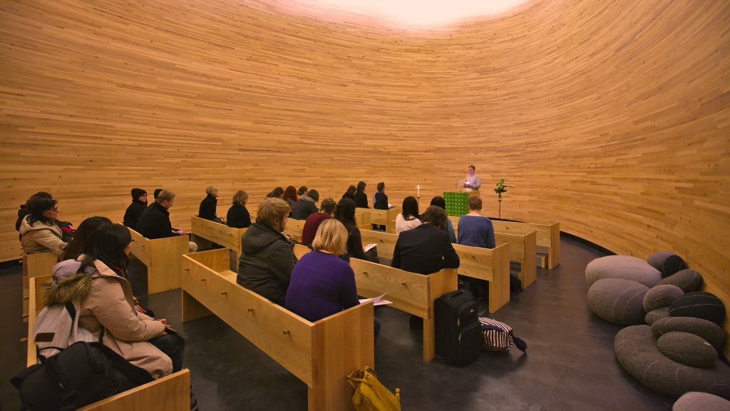 Osallistujia kampin kappelissa hartaudessa