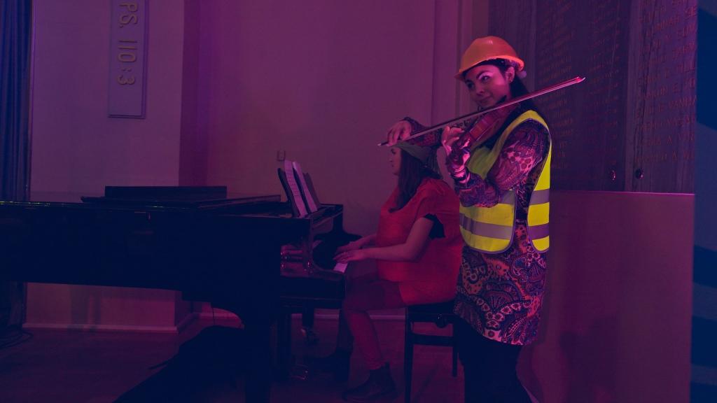 Ronja ja Noora soittamasa pianoa ja viulua