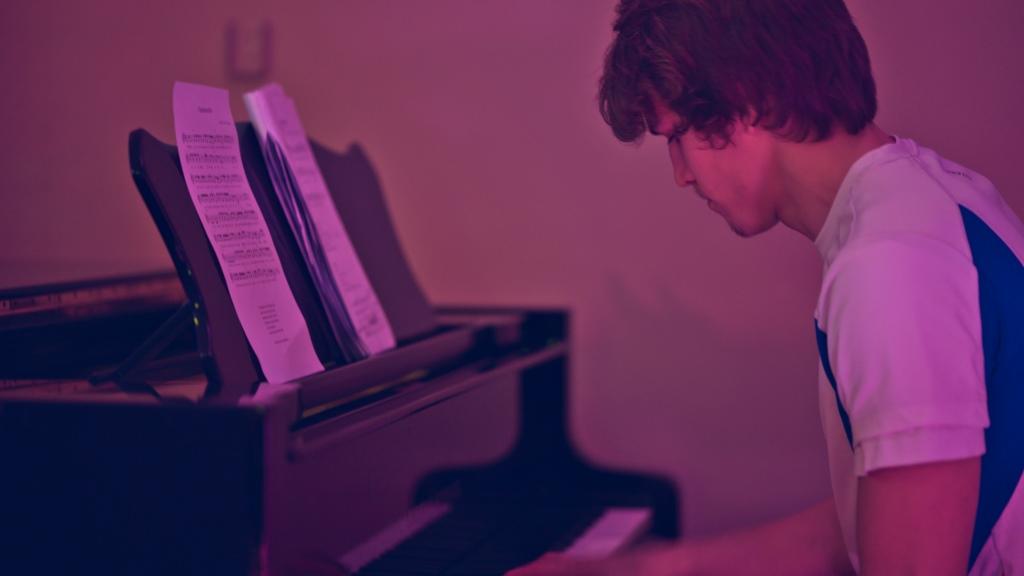 Tuomas soittaa pianoa