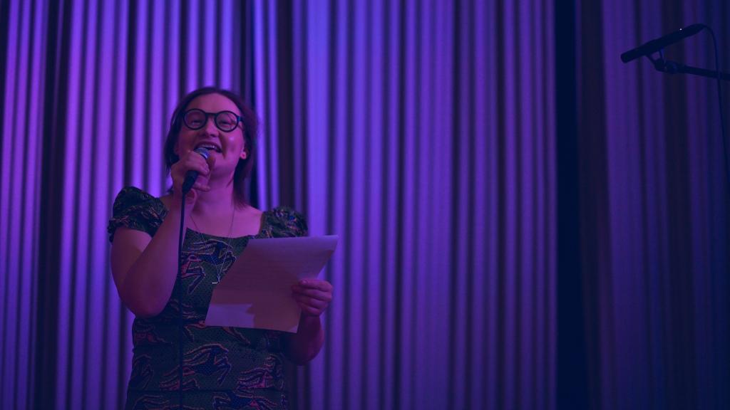 Ulla-Sisko Jauhiainen laulamassa