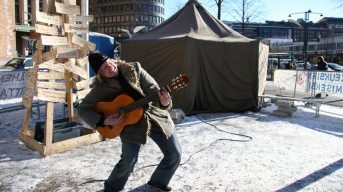 2 euron kampanjassa elettiin viikko telttaleirissä Helsingin keskustassa maalisuussa 2005
