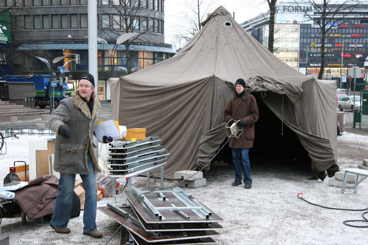 Kahden euron kampanjassa vuonna 2005 joukko vapaaehtoisia nukkui viikon teltassa ja käytti rahaa vain kaksi euroa päivässä. Kyseessä oli ensimmäinen valtakunnallinen Changemaker-kampanja.