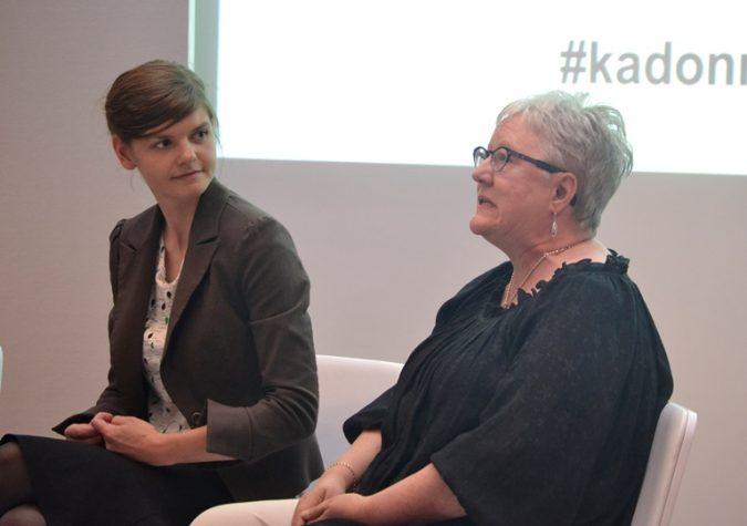 Greenpeacen Laura Meller ja Kirkon Ulkomaanavun Ulla Sarasalmi keskusteluun uppoutuneina.