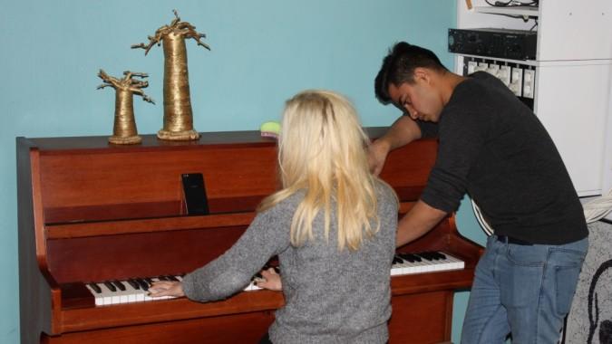 Anna ja Mohammed soittavat pianoa