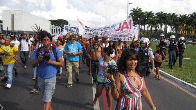 Brasilian alkuperäiskansat osoittivat mieltä toukokuussa 2014 maan pääkaupungissa Brasíliassa maaoikeuksiensa rajoittamista sekä Belo Monten patohanketta vastaan. Etualalla Brasilian alkuperäiskansoihin kuuluva elokuvaohjaaja Kamikiã Kisêdjê.