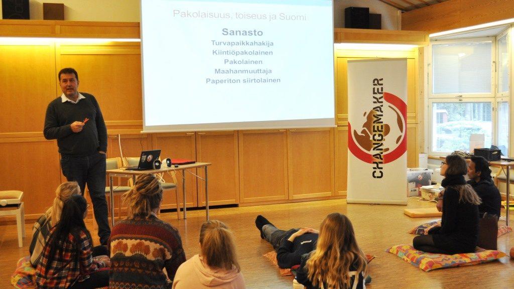 Maahanmuuttoaktiivi, sosiologi Enrique Tessieri puhui teemasta: Pakolaisuus, toiseus ja Suomi.
