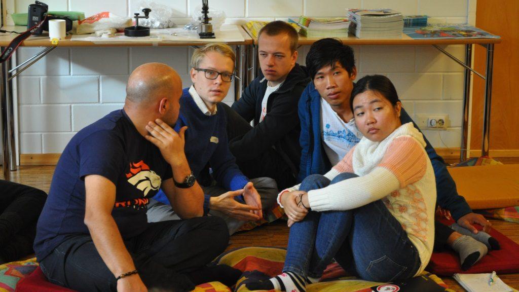 Kansainvälistä ryhmäkeskustelua. Edustetut maat Irak, Suomi, Tanska ja Kambodža.