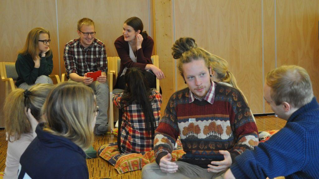 Ryhmäkeskustelua turvapaikanhakijoiden tilanteesta Suomessa.