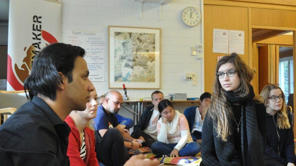 Keskittyneitä kuuntelijoita pakolaisaiheisessa koulutuksessa.