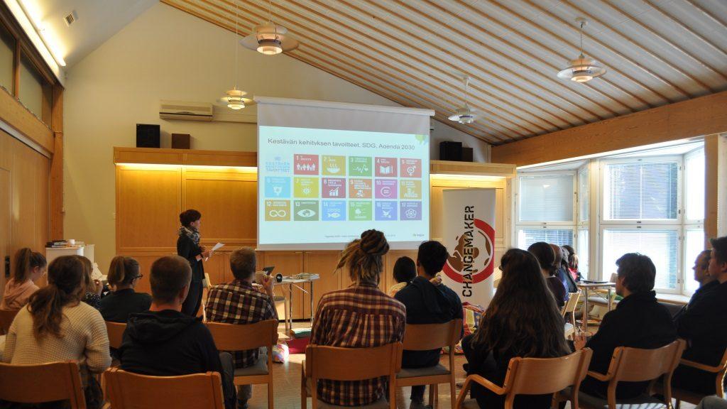 Katja Hintikainen pohti osallistujien kanssa kestävän talouden problematiikkaa.