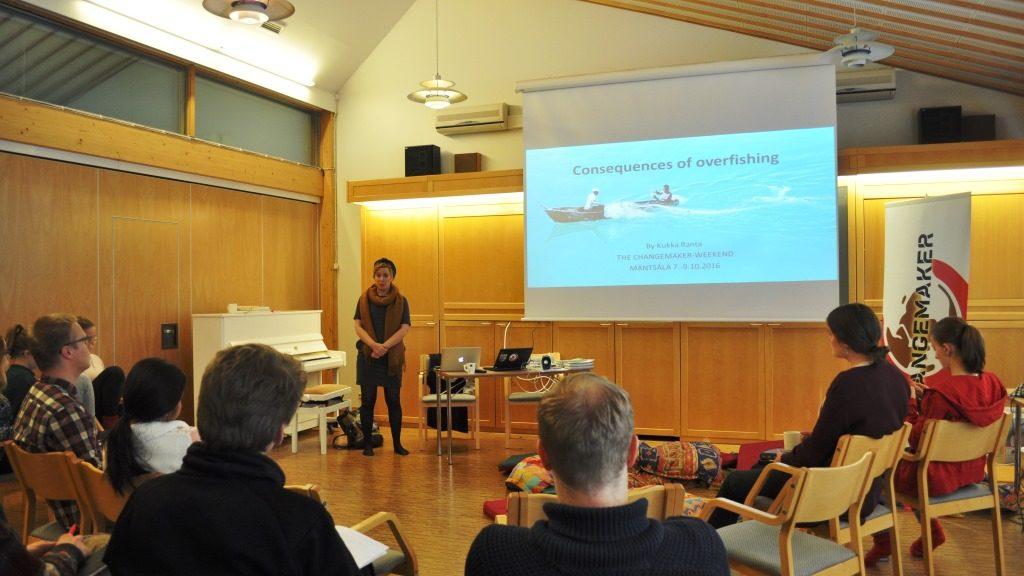 Valokuvaaja ja journalisti Kukka Ranta puhui changemakereille liikakalastuksen vaikutuksista.