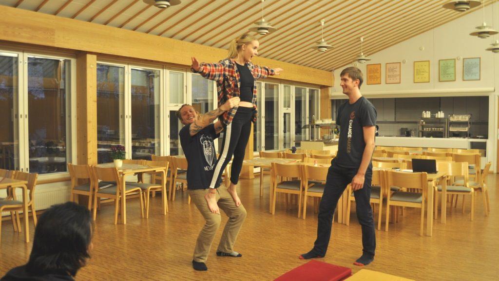 Sirkusakrobatiaa päästiin kokeilemaan toiminnallisessa työpajassa.