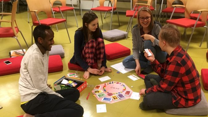 vapaaehtoisia pelaamassa lautapeliä