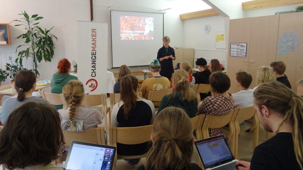 Ruokaturva-asiantuntija Kaisa Karttunen luennoi osallistujille.