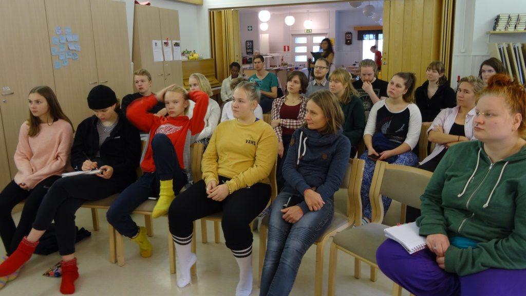 Changemakerit kuuntelivat tarkasti ja myös haastoivat Karttusta kysymyksillä.
