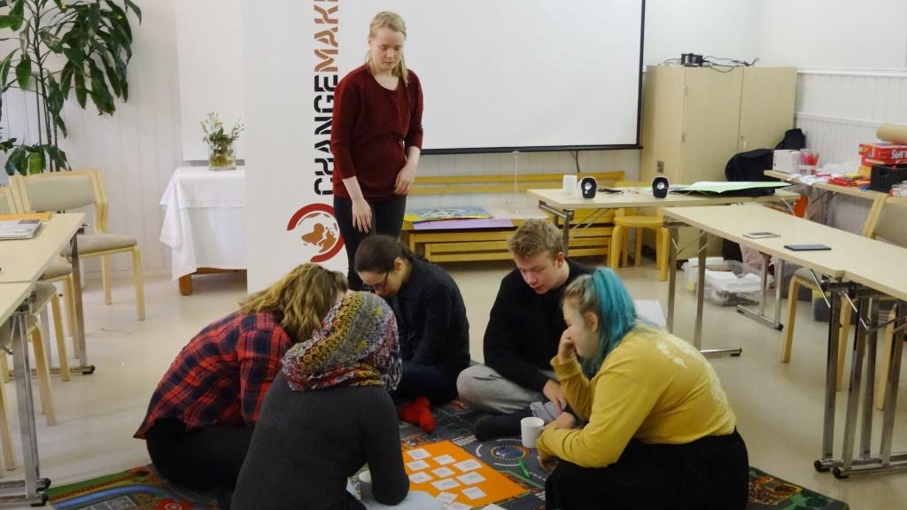 Vapaaehtoisia pohtimassa rauhantavoitteita