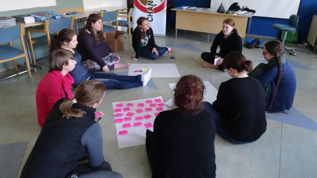 Changemaker-vapaaehtoinen Rebekka Katko vetää rauha-aiheista työpajaa Changemaker-viikonlopussa.