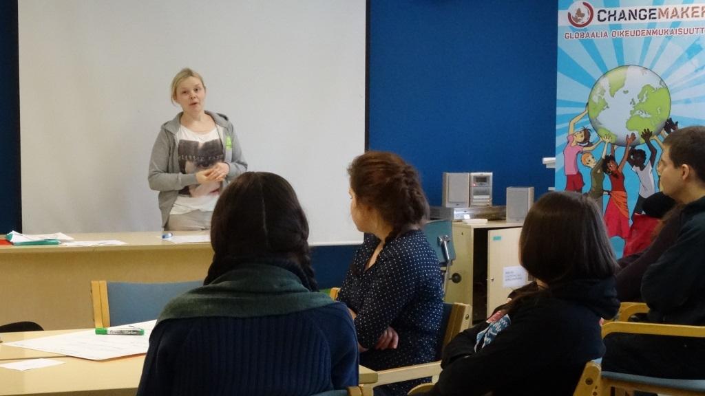 Kirkon Ulkomaanavun projektisuunnittelija Annukka Kurki esittelee Changemaker Akatemiaa.