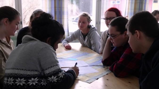 Pienryhmä hioo pelitaktiikkaansa Tytti Matsisen vetämässä konfliktisimulaatiossa.