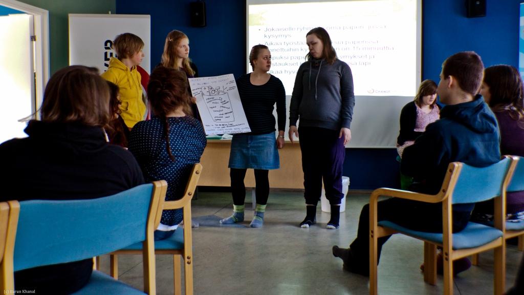 Pienryhmä esittelee elektroniikkajäteongelmaa Changemaker-viikonlopussa.