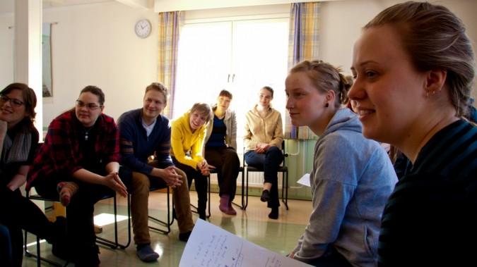 Changemaker-vapaaehtoisen Tytti Matsisen vetämässä työpajassa pohditaan konfliktitilanteita ja rauhanvälitystä.