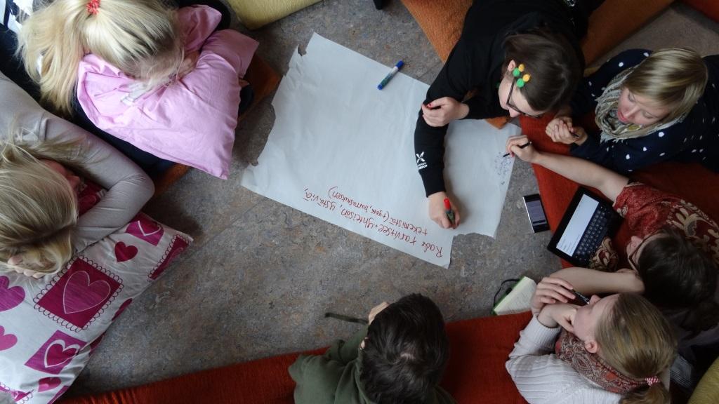 Osallistujia tekemässä ryhmätyötä