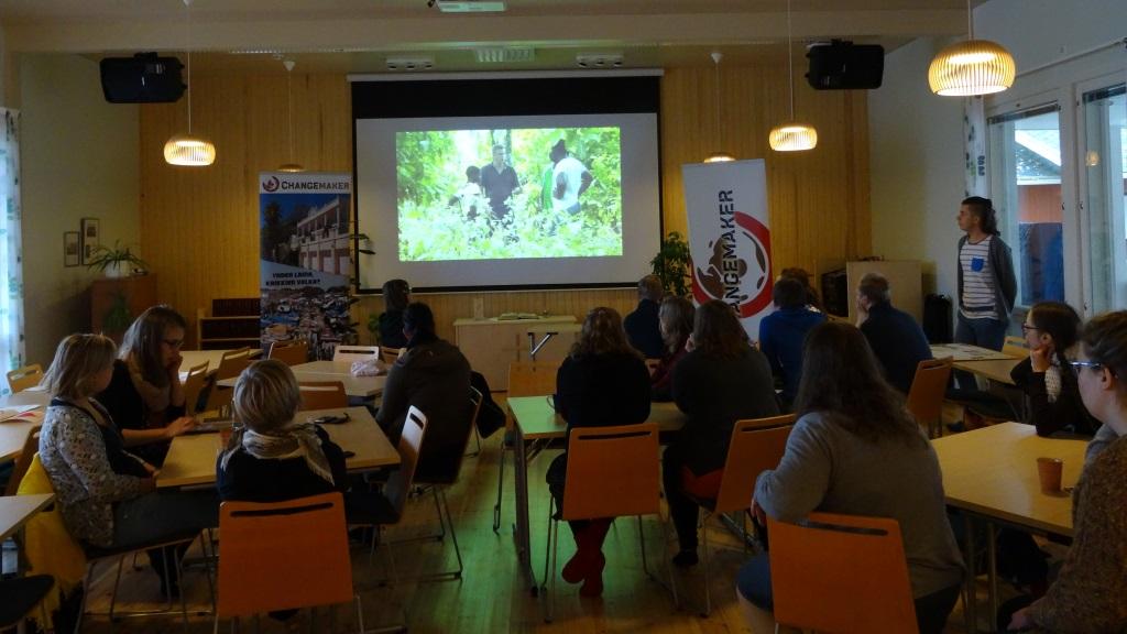 osallistujat katsomassa videota koulutuksessa