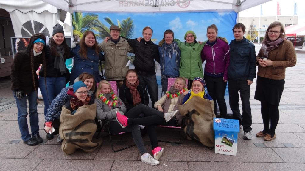 Changemaker-viikonlopun osallitujia kampanjatempauksessa Seinäjoella