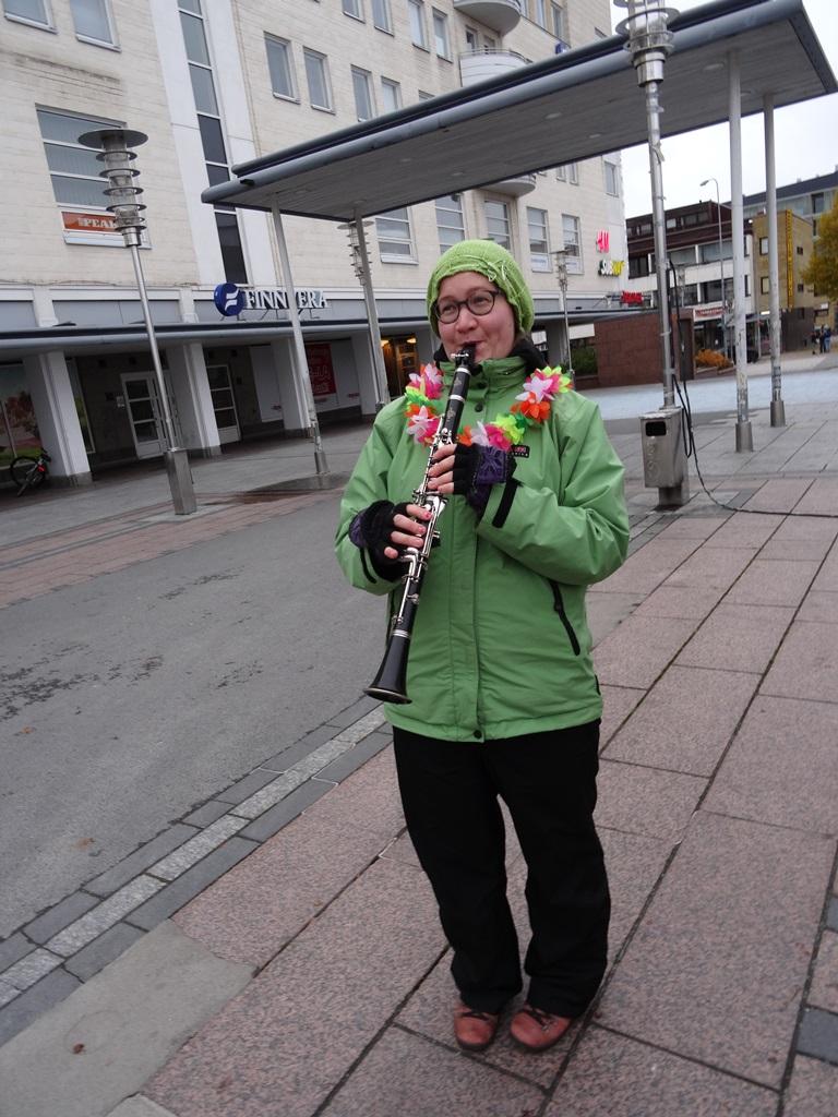 Ulla-Sisko viihdytti tempausporukkaa soittamalla