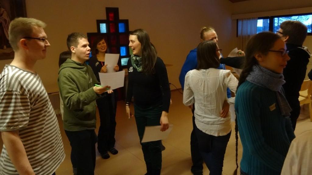 Osallistujia keskustelemassa.
