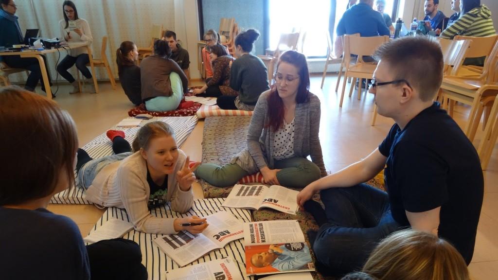 Osallistujia tekemässä ryhmätyötä.