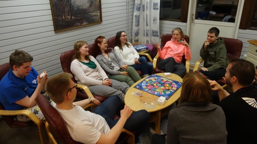 osallistujia pelaamassa lautapeliä.