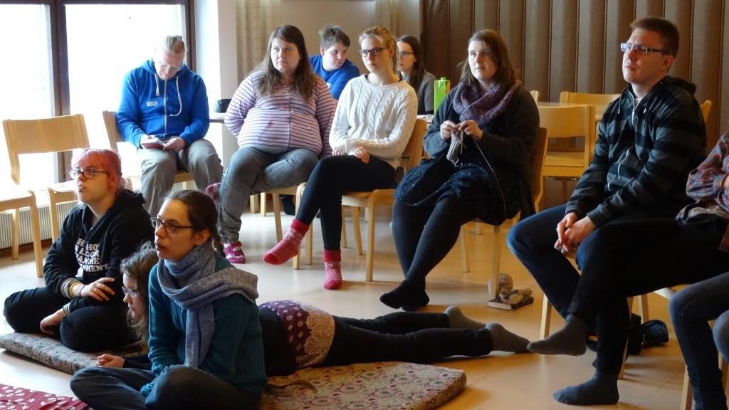 Osallistujia kuuntelemassa koulutusta.