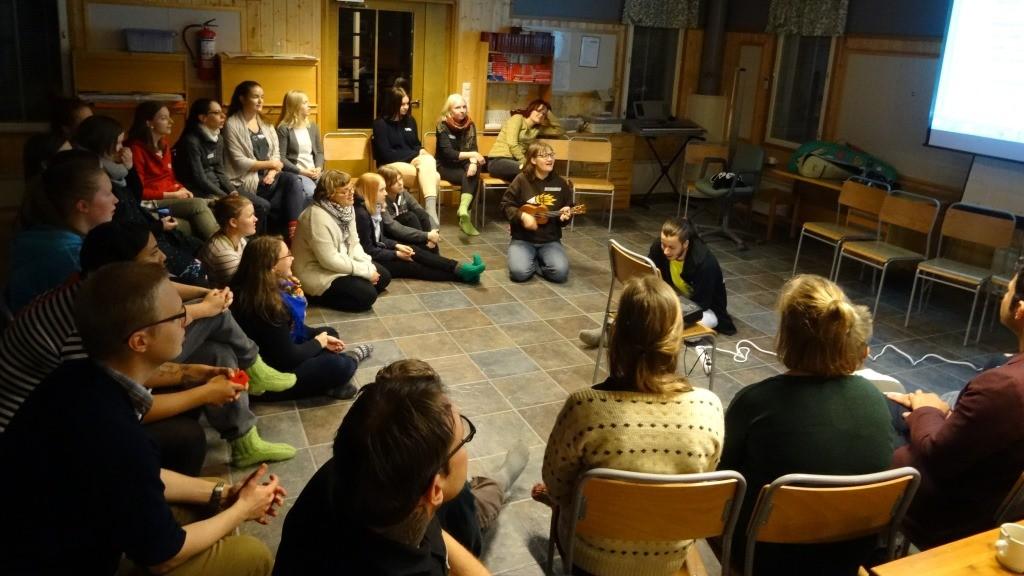 Perjantai-iltana muisteltiin ja opeteltiin verkoston 10-vuotissyntymäpäiville tehtyä Changemaker-tunnuslaulua!