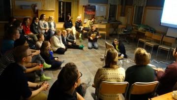 Koko viikonlopun porukka laulamassa Changemaker-tunnuslaulua yhdessä.