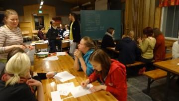 Osallistujia pelaamassa kehitysmaa-peliä.