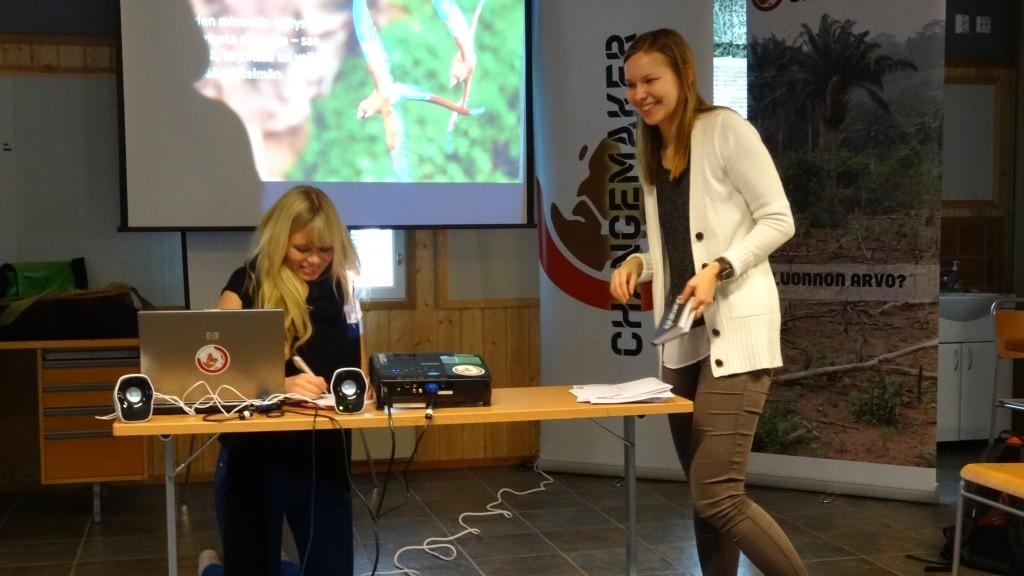 Ilmastokoulutuksen vetivät Changemakerit Sinituuli Suominen ja Hannele Tulkki.