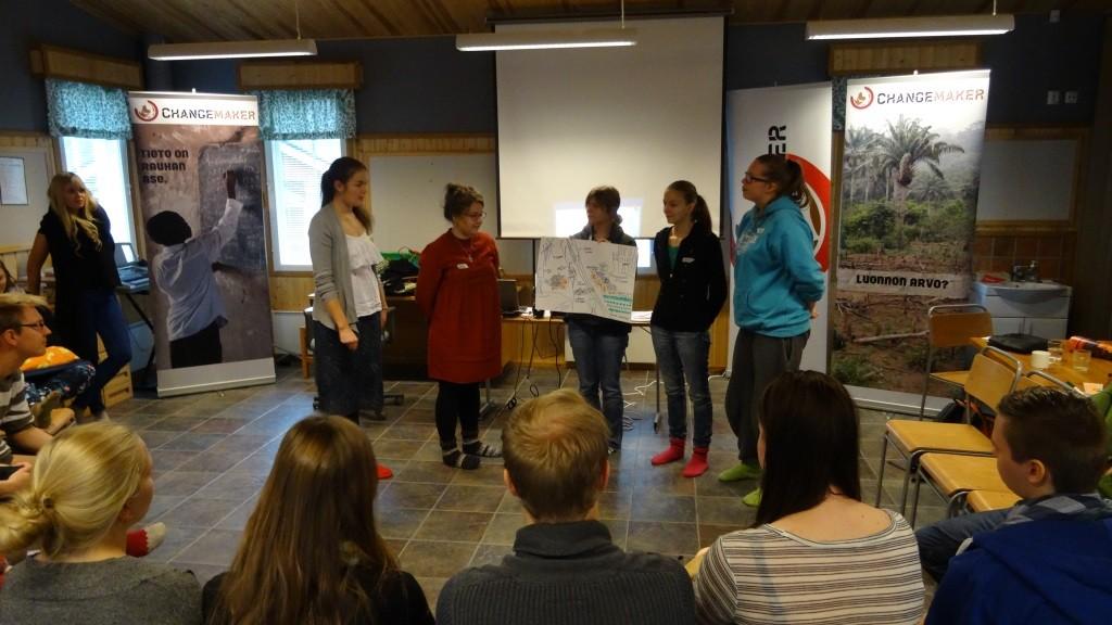 Yksi ryhmä pääsi ideoimaan ekologisesti kestävän kaupungin mallia.