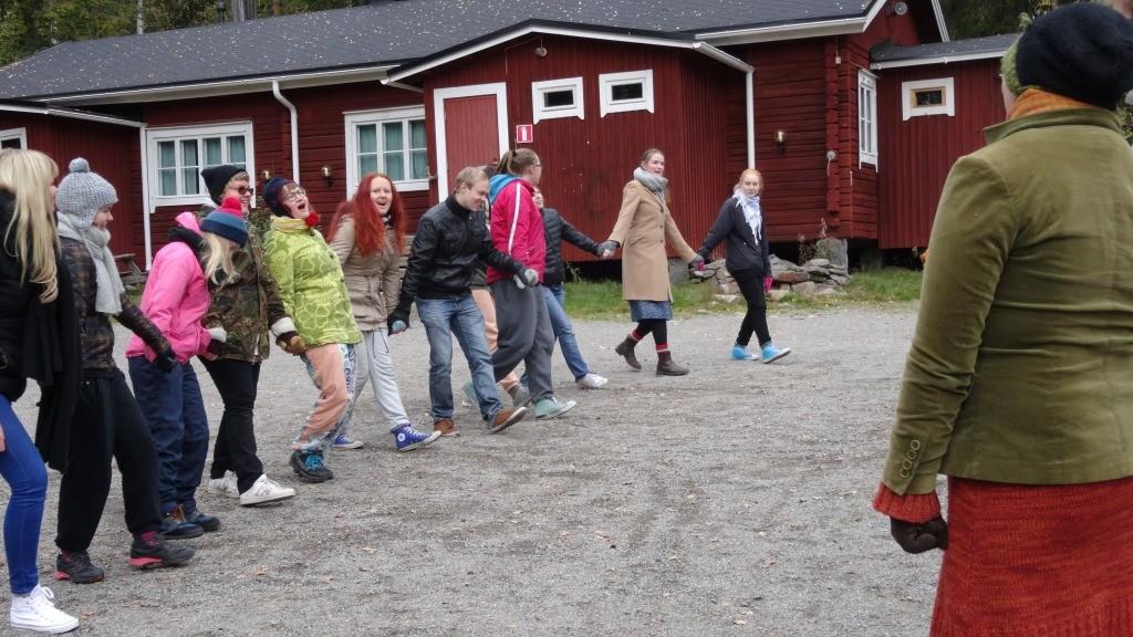 Riioraa-leikissä Riioraan asukkaat etsivät toisesta maailmasta uutta ystävää.