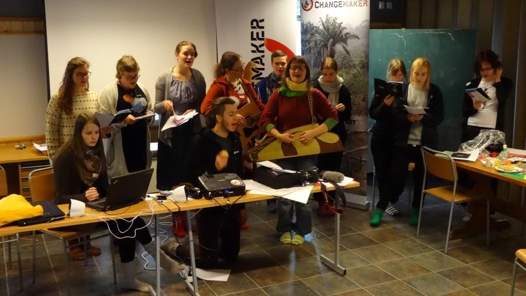 Räppipajalaiset pääsivät myös esittämään Yhteen maaliin-räpin, sekä sen lomassa omia koulutusviikonlopusta kertovia tekstejä!