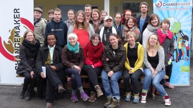 Kevään 2014 Changemaker-viikonlopun osallistujat ryhmäkuvassa.