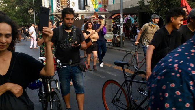 Chileläiset marssivat pääkaupungissa Santiagossa eriarvoisuutta vastaan helmikuussa 2020. Mielenosoituksissa kuvattuja videoita jaettiin ahkerasti sosiaalisessa mediassa.