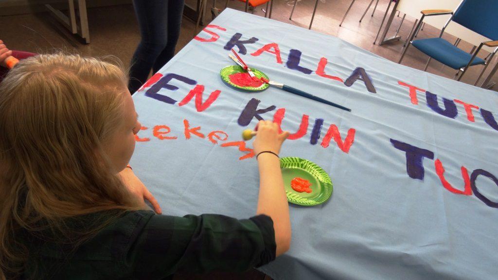 Banderollin maalausta Yhden hinnalla 2016 -tapahtumassa.