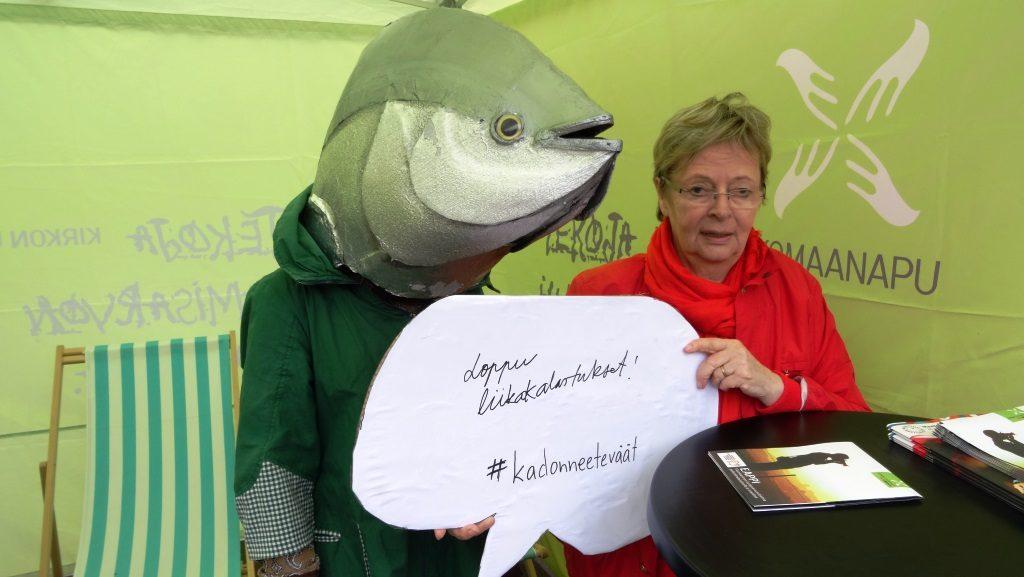 Tonnikala ja europarlamentaarikko Liisa Jaakonsaari vastustavat liikakalastusta.