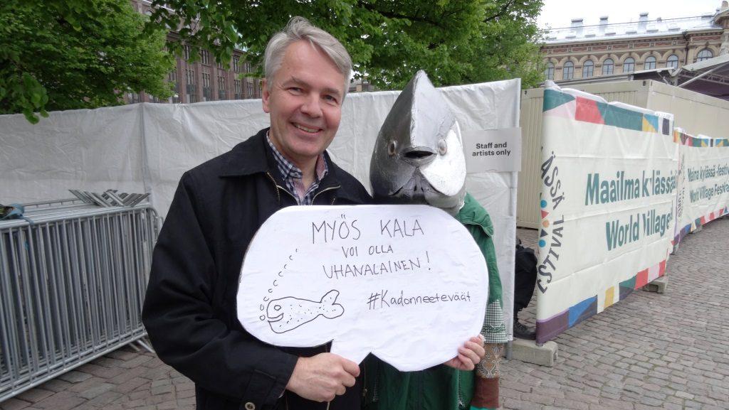 Pekka Haavisto ja kampanjatonnikala vastustavat liikakalastusta Maailma kylässä -festareilla.