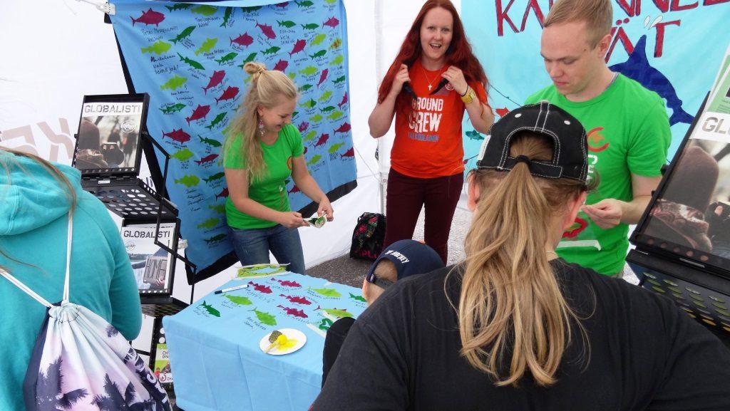 Changemakerin innokkaat vapaaehtoiset keräämässä Kadonneet eväät -kampanjaan nimiä Vantaan herättäjäjuhlilla.