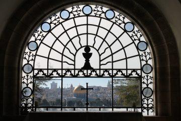 Kuva Itä-Jerusalemissa Öljymäen rinteillä sijaitsevan Dominus Flevit -kirkon alttaritaulusta. Ikkunasta näkyy Jerusalemin Vanha kaupunki.